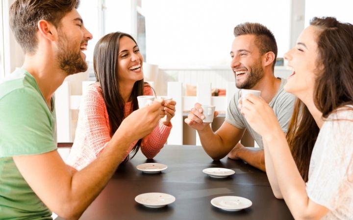 Friends talking - The Proud Italian