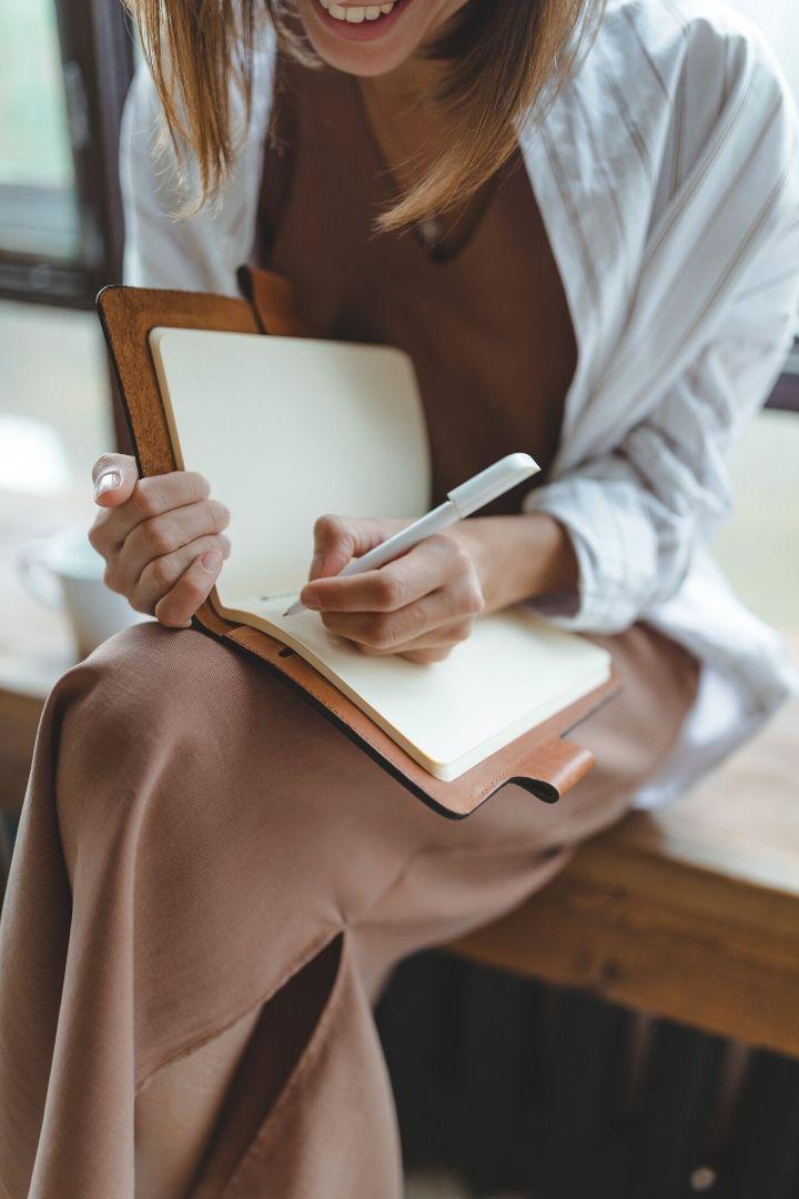 Girl writing useful phrases in Sicilian - The Proud Italian
