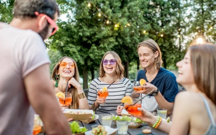 Frends with aperitivo, Italian Aperitivo – What is it and how to enjoy it - The Proud Italian