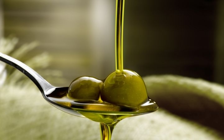 Extra virgin olive oil with olive berries, Olive Oil vs. Extra Virgin Olive Oil - The Proud Italian