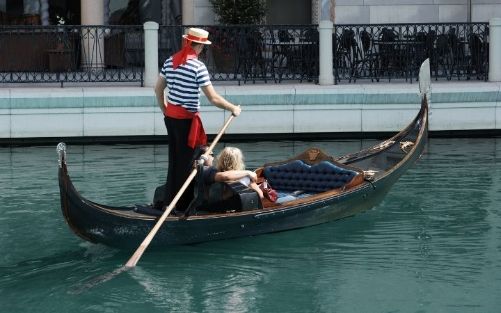 Couple on Gondola ride as a way to celebrate Valentine's day in Italy - The Proud Italian
